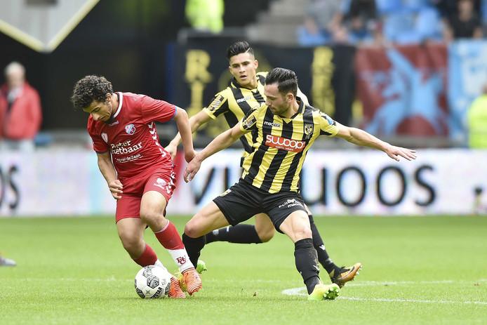 Moment uit de eerste ontmoeting van dit seizoen. Vitessenaar Thomas Bruns pakt Yassin Ayoub van FC Utrecht aan.