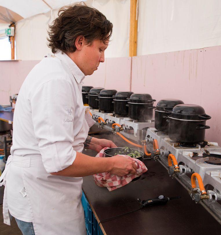 Syrco aan het werk in het nieuwe pop-uprestaurant, Moules // Frites. Beeld Johan Kafkot