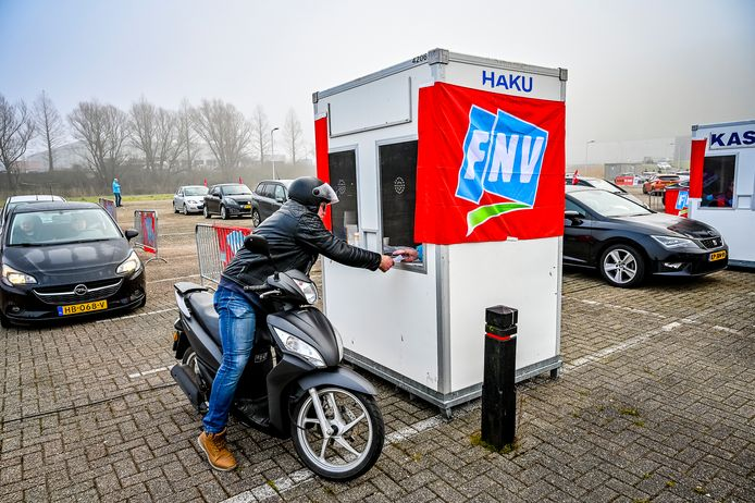 Stakingsbriefjes inleveren bij de FNV op het parkeerterrein van Hollandia.