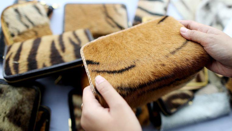 Tasjes van echt tijgervel zijn in beslaggenomen in Indonesië, en vernietigd, samen met een lading onbewerkte tijgervellen. Beeld Jefri Tarigan, Getty Images