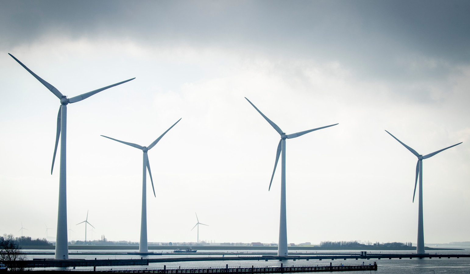 De windmolens van het windpark Krammer in Nederland.