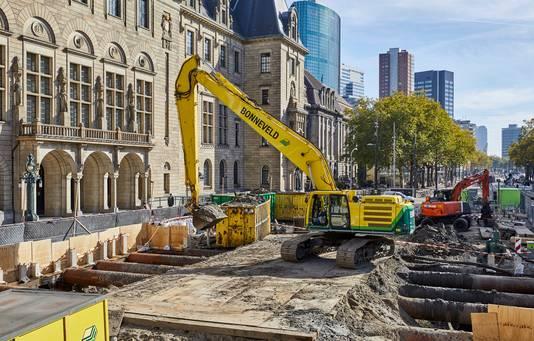 Graafmachines graven diep voor de trappen van het stadhuis om extra nooduitgangen voor de metro mogelijk te maken.