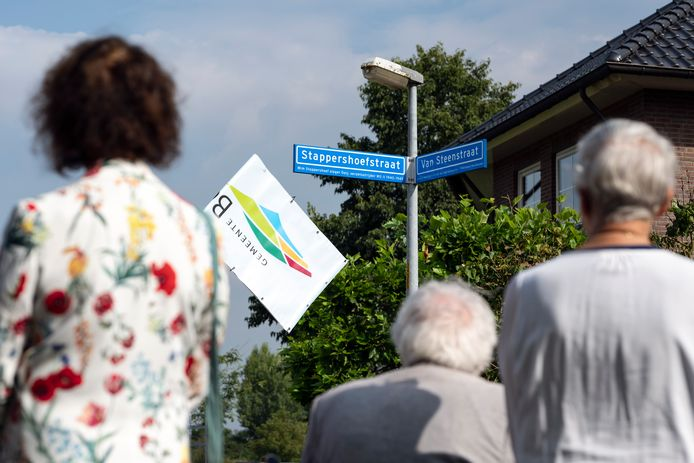 Nabestaanden en familieleden kijken naar het nieuwe bord van de Stappershoefstraat, vernoemd naar Wim Stappershoef.
