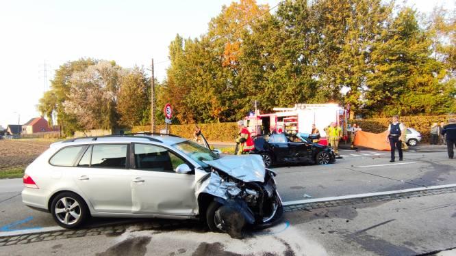 Vrouw gewond nadat auto in flank gegrepen wordt