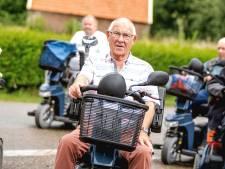 'Zilveren' scootmobielman Henk blijft kritisch: 'Er rolt er nog wel eens een van het talud'