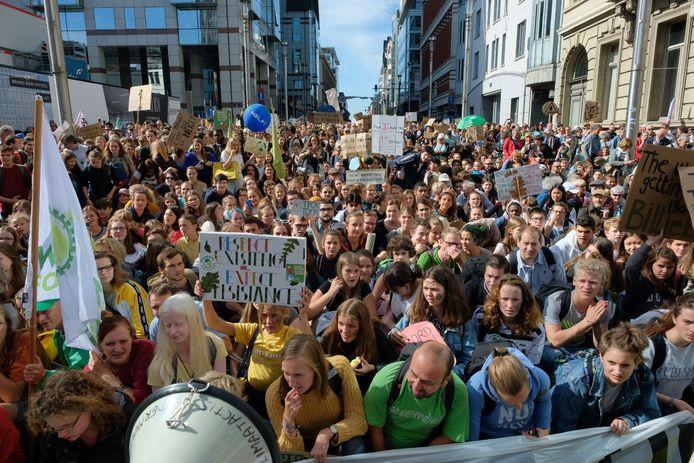 In Brussel is er een grote mensenmassa op straat.