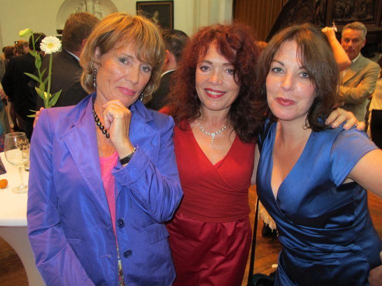 De drie gratiën: vlnr Annemarie Oster, Rosita Steenbeek en Manon Uphoff (schrijvinnen). Beeld null
