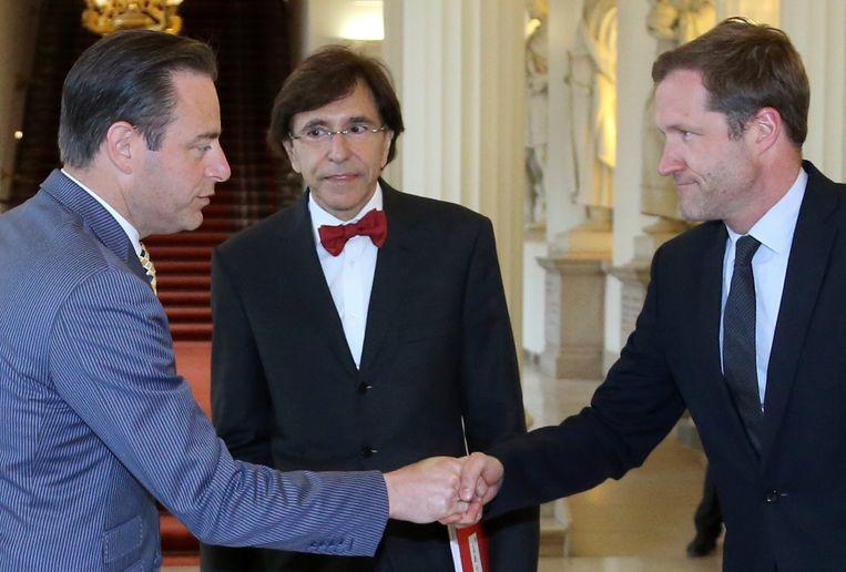 Bart De Wever en Paul Magnette schudden elkaar de hand. Beeld REUTERS