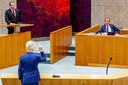 Geert Wilders trekt op woensdag hard van leer tegen minister De Jonge. CDA-fractieleider Pieter Heerma verdedigt zijn politieke vriend. Maar ook hij weet dan nog niet dat De Jonge de volgende dag zal stoppen als lijsttrekker.