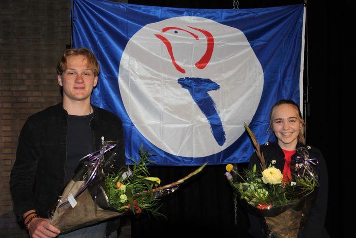 Lotte Wessels uit Bornerbroek en Stef Langenhof uit Wierden, winnaars van de gedichtenwedstrijd van het 4 mei comité Almelo.