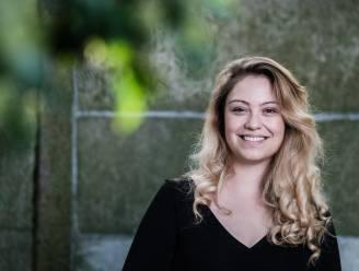 """COLUMN. Sara Leemans schrijft over 33-jarige single Hanne: """"Ik vind het fijn dat ik na m'n dertigste toch één fancy ding heb staan in de keuken, buiten mezelf"""""""