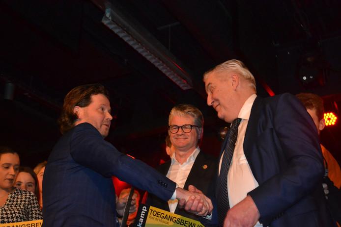 President Michiel Gruijthuijsen van Lions Oss overhandigt de cheques.