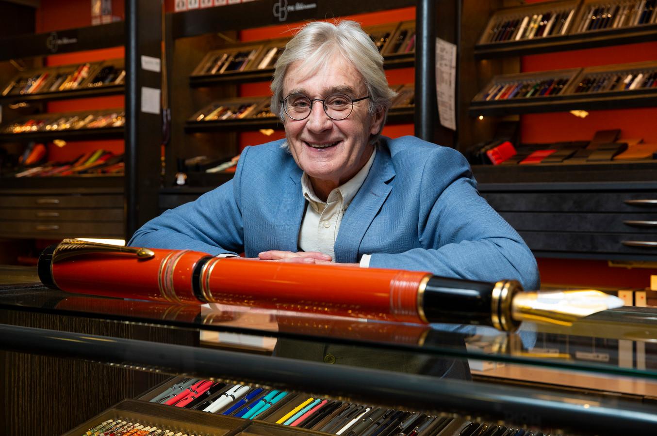 Arthur Akkerman van de pennenzaak in de Passage. De winkel van Akkerman is afgelopen dinsdag genoemd in het debat in de Tweede Kamer.