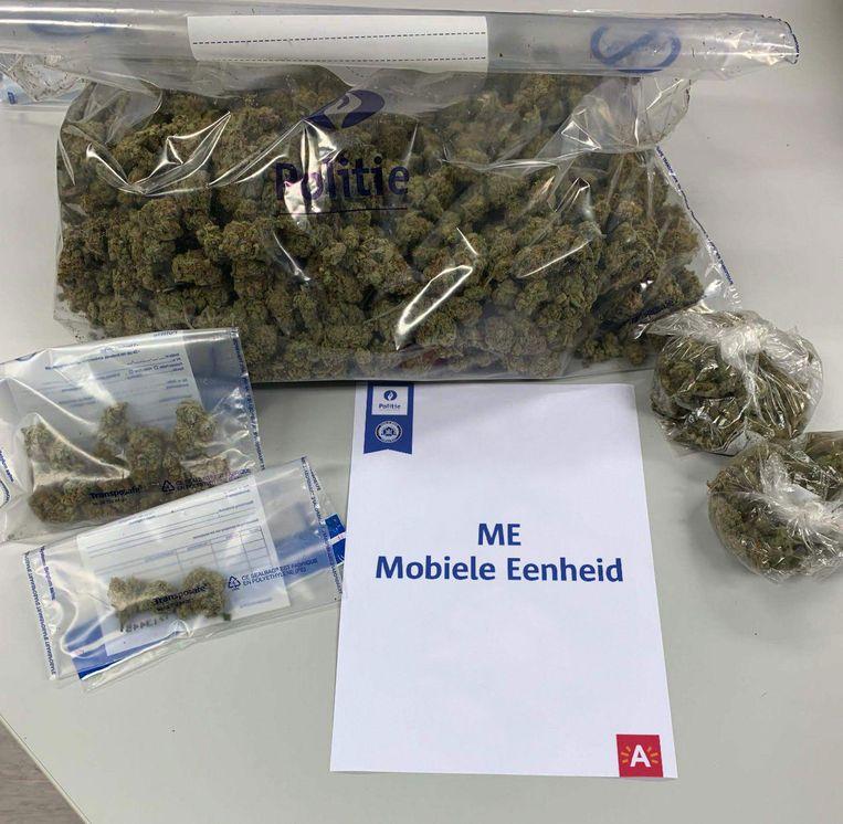 De buit van de achtervolging. Meer dan één kilogram cannabis.