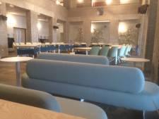 Raadszaal Gilze en Rijen in het nieuw: stoelen, bankjes en een kunstwerk