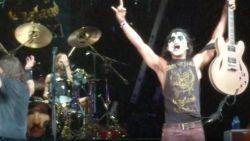 Foo Fighters laten fan meespelen en 'Kiss guy' blijkt zo'n beest dat Dave Grohl tekst vergeet