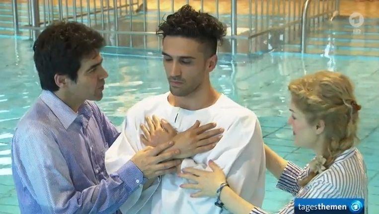 Benjamin staat klaar om gedoopt te worden.