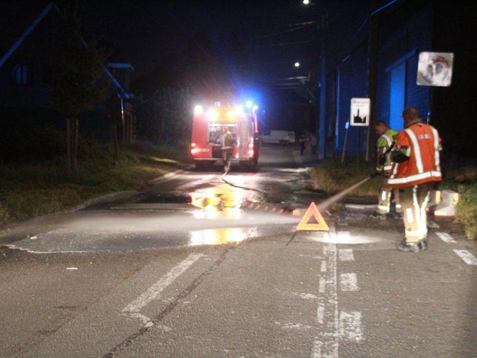 De brandweer moest de rijbaan komen opkuisen
