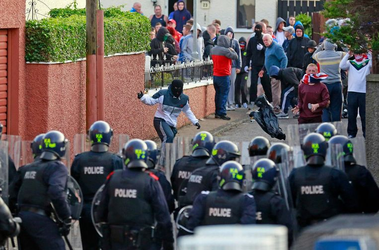 Loyalists clash with police in the Woodvale Road area of North Belfast, on the second night of violence after an Orange Parade was blocked from marching past the Nationalist Ardoyne area in Belfast, July 13, 2013. More than 30 police officers were injured and 11 people arrested during overnight violence around traditional Orange Day parades in Northern Ireland, authorities said on Saturday. Thousands of pro-British Protestants march every summer in the British province, a regular flashpoint for sectarian violence as Catholics, many of whom favour unification with Ireland, see the parades as a provocation. REUTERS/Cathal McNaughton (NORTHERN IRELAND - Tags: POLITICS CIVIL UNREST) Beeld Reuters