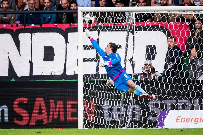 Doelman Norbert Alblas tikt bij zijn debuut voor NEC tegen FC Dordrecht een vrije trap uit de kruising.