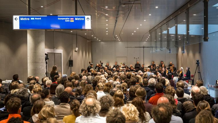 Het Nederlands Kamerorkest speelt Schuberts 'De Onvoltooide' in de nieuwe, ondergrondse entreehal van de Noord/Zuidlijn Beeld Dingena Mol