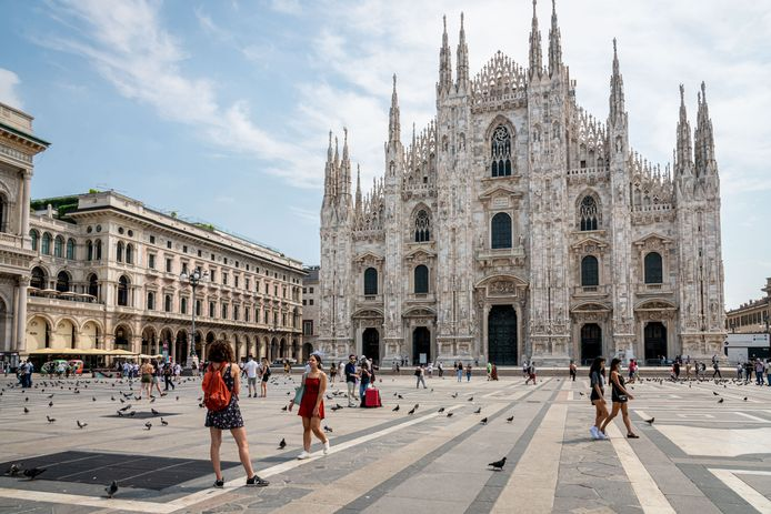 Het noorden van Italië kleurt intussen weer volledig groen op de kaart het Europees Centrum voor Ziektepreventie en -controle (ECDC). Hier: toeristen in Milaan.