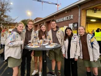 Jongeren in uniform smullen van rijkelijk ontbijtbuffet op 'Dag van de Jeugdbeweging'