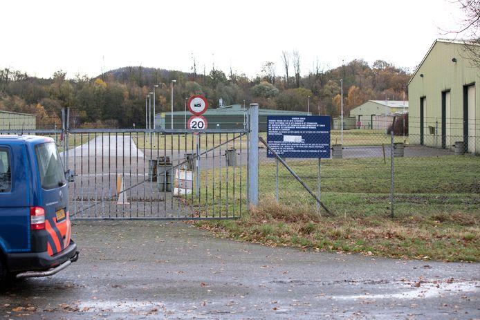 De Prepositioned Organizational Materiel Storage site (POMS) van defensie in Brunssum vanaf de openbare weg, waar de kankerverwekkende stof chroom-6 is gebruikt bij verfwerkzaamheden.