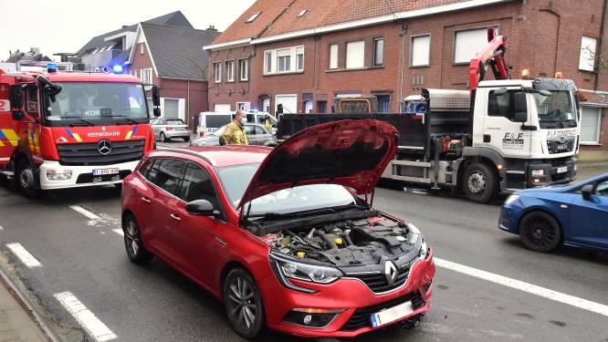Autobrand na ongeval blijkt loos alarm: verkeershinder in de Moeskroenstraat