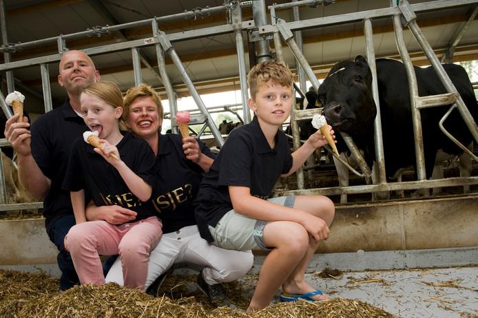 Peter en Mariëlle van der Willigen met dochter Lina en zoon Gijsbert bij hun koeien die de grondstof voor het ijs leveren.