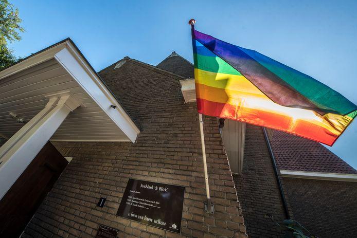 TT-2019-012756-Almelo Transgender Jolanda Molenaar in de stadskerk De Bleek  houdt lezing en wil pastor worden regenboogvlag  aan de kerk editie:Alle Foto Reinier van Willigen RVW20190824