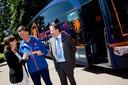 Albert Winnemuller (rechts) staat naast voormalig bondscoach Louis van Gaal in 2014. Het Nederlands Elftal werd destijds vervoerd in een bus van Betuwe Express.