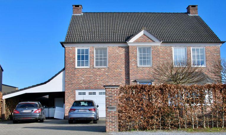 Kris B. woont in een riante villa in Rotselaar.