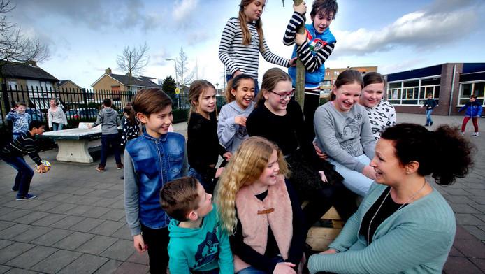 Juf Linda Kind (rechts) met de leerlingen van haar klas: groep 7.