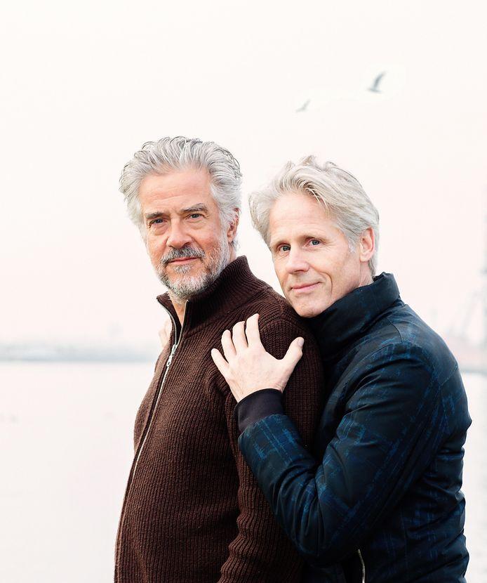 Leopold Witte (links) en Geert Lageveen bieden in hun nieuwe voorstelling troost en plezier over de dood.