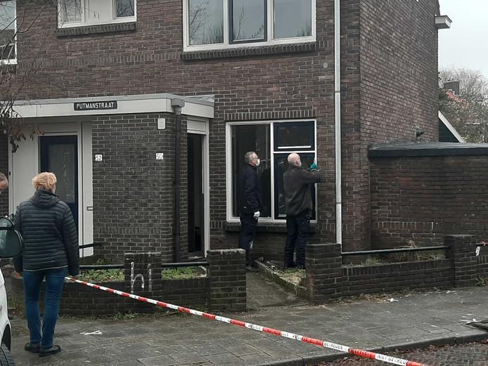 Twee rechercheurs doen onderzoek bij de woning aan de Putmanstraat, de dag na het schietincident.