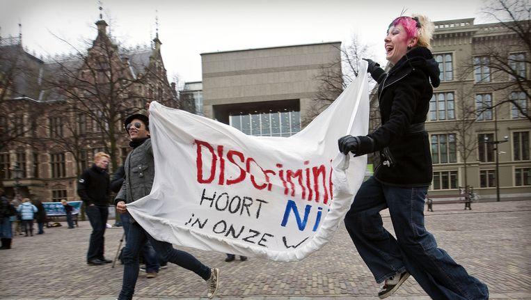 Jongeren protesteren in 2010 tegen de 'enkele-feitconstructie' waarmee schole homoseksuele leraren kunnen ontslaan. Beeld ANP