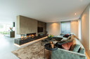 Een particuliere woning met akoestisch spanplafond inclusief ingebouwde verlichting.