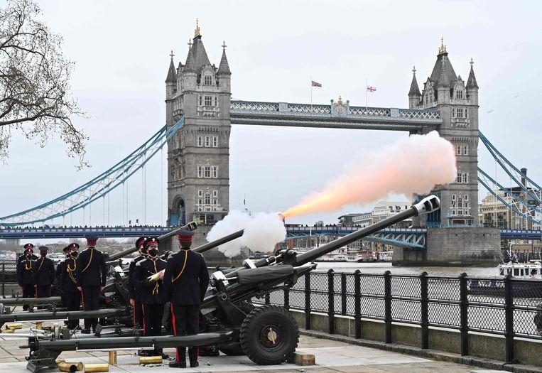 Kanonschoten worden afgevuurd aan de oevers van de Thames. Beeld AFP