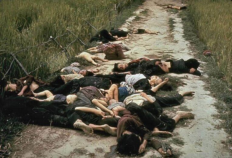 Slachtoffers van het bloedbad van My Lai, waar Amerikaanse soldaten in 1968 zeker vierhonderd Vietnamezen  hebben vermoord. Beeld Getty Images