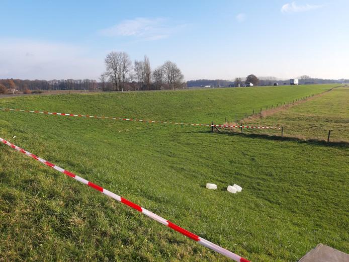 De jerrycans in het afgezette stuk grasland langs de IJsseldijk bij Diepenveen zijn vandaag in opdracht van het waterschap door een bedrijf verwijderd.