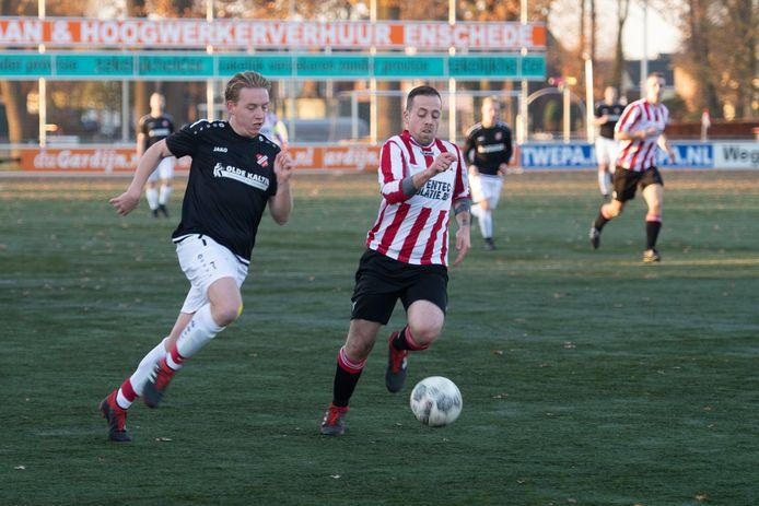 Coach Emiel Valentijn ten Donkelaar van Tubantia laat het draven op het veld aan zijn spelers (in de zwarte uitshirts) over.
