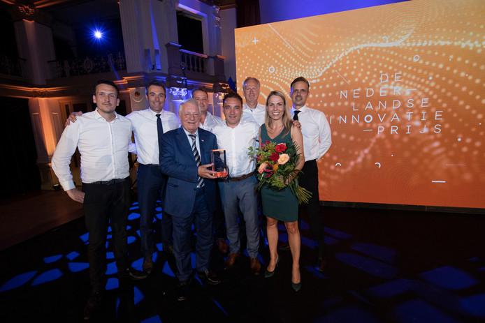 Wim van der Leegte, Pieter van der Leegte en Jennifer van der Leegte (op de voorste rij) hebben in het Kurhaus in Scheveningen de Nederlandse Innovatie Prijs 2019 in ontvangst genomen.