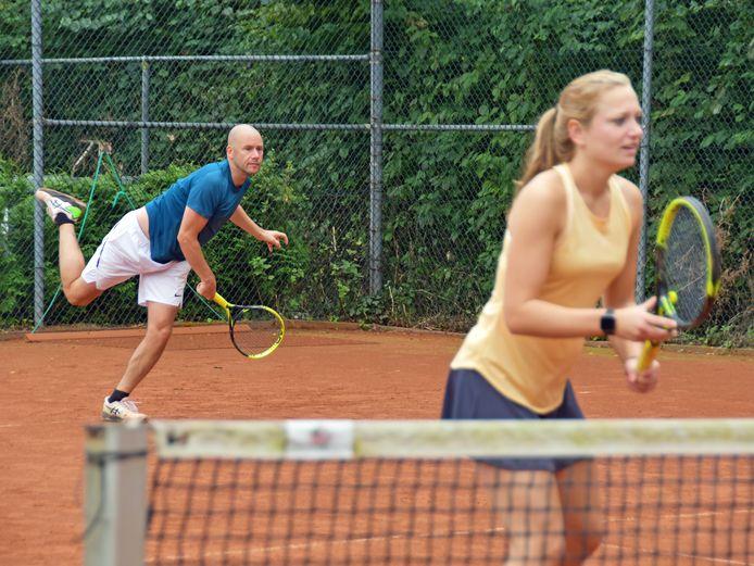 Mart Flikweert met zijn tennispartner Natascha van Strien in actie tijdens het toernooi in Zaamslag. Ze wonnen er in het gemengd dubbel.