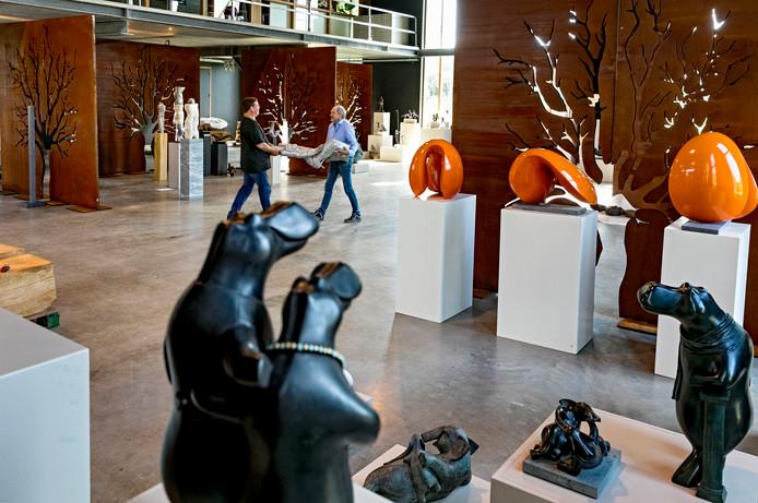 Het inrichten van de expositie kunst in beeld bij Oogenlust in Eersel.