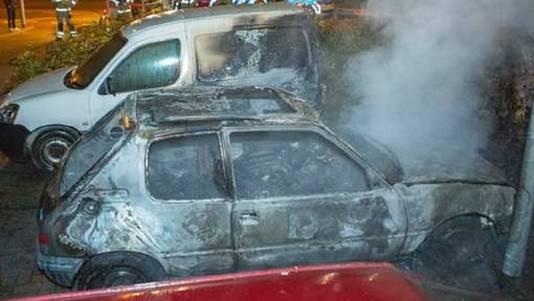 Een deel van de uitgebrande auto's