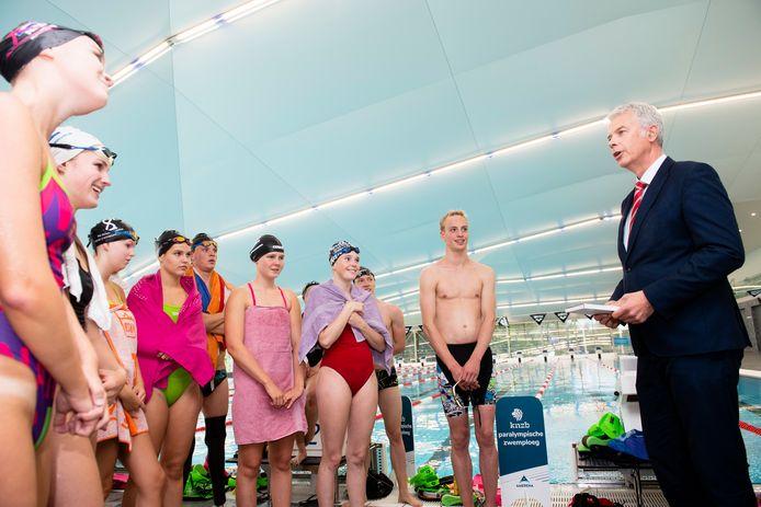 Wethouder Buijtelaar spreekt de medaillewinnaars toe in sportcomplex Amerena.