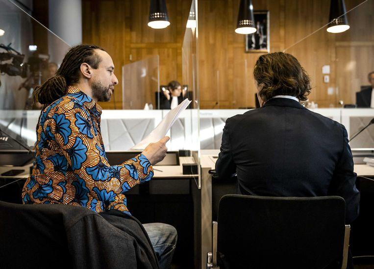 Viruswaarheid-voorman Willem Engel (l) en advocaat Jeroen Pols in de rechtszaal. Beeld ANP