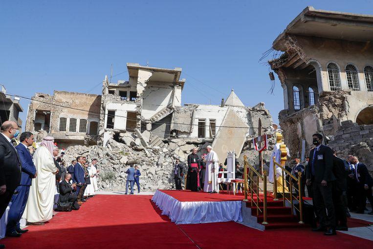 De paus woont een gebed bij voor oorlogsslachtoffers.  Beeld AP
