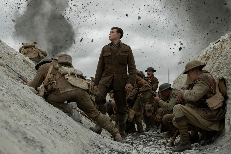 This image released by Universal Pictures shows George MacKay, center, in a scene from '1917' directed by Sam Mendes.  Beeld AP